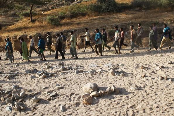 Ethiopian refugees crossing into Eritrea (Source: Durame)