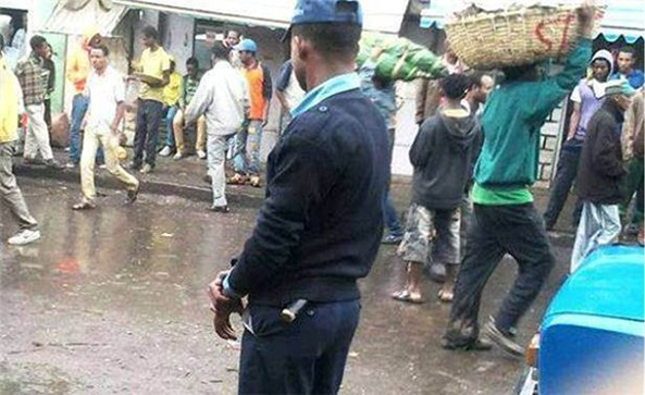 """It was business as usual for the people while police removes """"dangerous explosives"""" in Addis Ababa on 22 August 2013. (Pic by Minilik Salsawi)"""