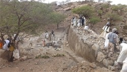 Pic. 3: Nakfa, Eritrea. Villagers working on the micro dam construction.