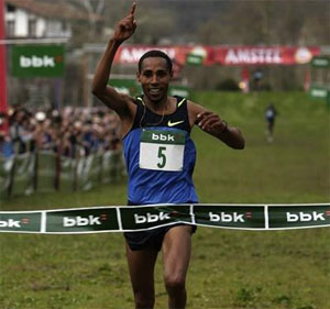 Samuel Tsegay taking the win in the men's race
